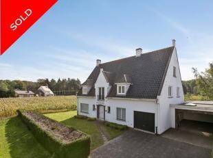 Deze ruime villa met potentieel is gelegen op een perceel van maar liefst 1.723 m² in Adegem. De woning beschikt over een bewoonbaar oppervlakte