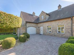 Deze villa is zeer rustig gelegen op een perceel van 1.142 m² op een boogscheut van Gent. Het betreft een zuid-georiënteerde woning gelegen