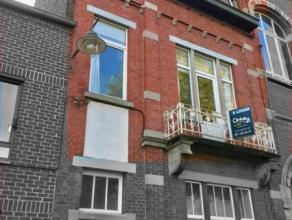 Situé au premier étage d'une maison bourgeoise, cet appartement se compose d'un living avec cuisine semi-équipée ouverte,
