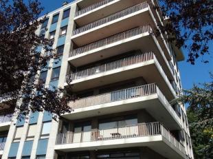 Zeer mooi, gerenoveerd appartement met 2 slaapkamers en groot, zonnig terras.<br /> Het appartement is ingedeeld als volgt: ruime inkomhal, living met
