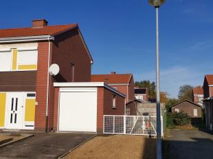 Veltem-Beisem. Deze degelijke woning kan een opfrissing gebruiken. Ze is gelegen in een rustige wijk met enkel lokaal verkeer. Op de beneden verdiepin