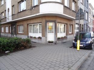Handelsgelijkvloers op de hoek Van Amstelstraat en Albert Bevernagelei te Deurne op 200m van de Bisschoppenhoflaan, thans ingericht als appartement me