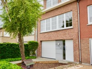 Ruime, gezellige woning in uitstekende staat. Gelijkvloers met garage, toilet en extra kamer (bureau). Op de eerste verdieping is er een volledig inge