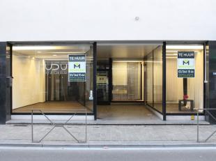 Ruim handelspand bestaande uit een winkelruimte van <br /> 330 m2 met zwarte keramische tegels, 3 vitrines met plankenvloer van (3,2 x 6,3) ; (2 x 5,2