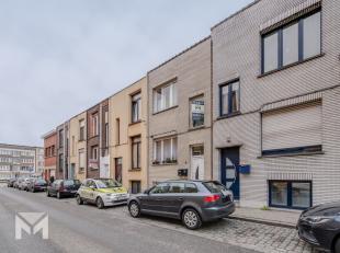 In deze rustige buurt van Deurne kan u deze zeer ruime woning terugvinden die momenteel dienst doet als tweewoonst. <br /> <br /> U komt binnen in de
