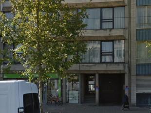 In een klein appartementsgebouw op de Gitschotellei te Borgerhout kan je op de derde verdieping dit zeer ruim 2 slaapkamerappartement terugvinden.<br