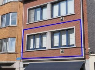 Leuven-centrum: volledig vernieuwd appartement op de eerste verdieping in de Naamsestraat. Vooraan zeer ruime leefruimte met open keuken. Achteraan aa