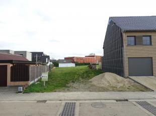 Perceel bouwgrond voor een half-open bebouwing met een grondoppervlakte van 6a 34ca, ongeveer 11 meter breed en 45 meter diep, rustig gelegen in een d
