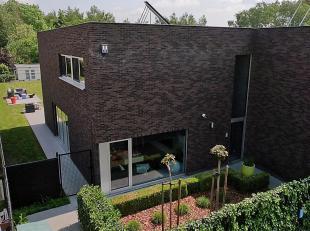 Deze strakke, recente woning in moderne loft stijl is niet alleen tot in de puntjes afgewerkt met kwalitatieve materialen, ze geniet tevens van veel n