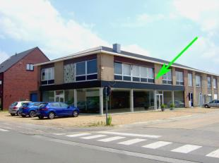 Goed gelegen ruime handelsruimte (240m²) (20m op 12m) met extra grote etalage (32 lopende m) en veel parkeergelegenheid. De winkelruimte is te hu