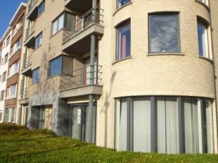 Prachtig luxe appartement met 2 slaapkamers en terras! Inkomhal, ruime living met rotonde! Mooie grote ingerichte keuken met aansluitend een berging(a