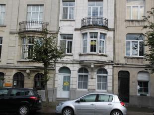 VRIJ: ONMIDDELLIJK<br /> <br /> Gezellig appartement op het eerste verdiep met een zeer grote leefruimte.<br /> <br /> AFMETINGEN IN CM<br /> LIV