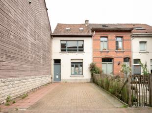 De woning bevindt zich in een rustige, doodlopende steeg vlakbij het Rivierenhof in Deurne en is volledig te renoveren.<br /> Er is plaats voor een wo