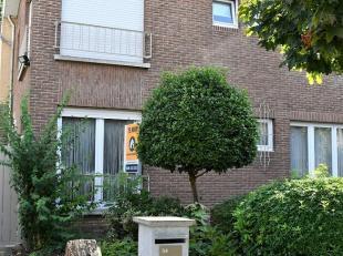 Deze moderne H.O.B. is gelegen in de residentiële wijk Elsdonk. <br /> De bouwdiepte is 11 m en de gevelbreedte 5,40 m. U geniet van een bewoonba
