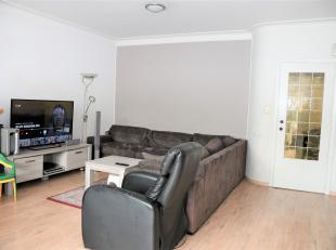 Dit appartement met prima mobiscore heeft een opp van 75 m². <br /> Het appartement omvat: centrale hal met gastentoilet, zeer zonnige living 30