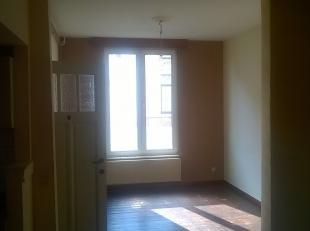 Gezellig studio-appartement met 1 slk op het gelijkvloers<br /> Klein gebouw met lage gemeenschappelijke kosten.<br /> Hoge plafonds.<br /> Zeer centr