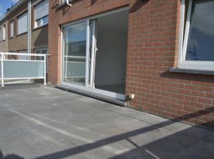 Licht appartement op de eerste verdieping van een klein gebouw.<br /> Het appartement van 60 m2 omvat een hal, een living met keukenhoek, 2 slaapkamer