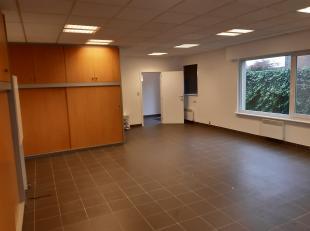 instapklare POLYVALENTE RUIMTE / KANTOOR v. 60m².<br /> Veel lichtinval.  Geschikt voor kantoor, praktijkruimte, kunstatelier, bureel,...  <br />