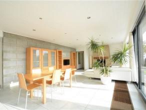 Arlon, très bonne maison de plein pied de 160 M² avec jardin arboré . Ce bien est composé comme suit: hall d'entrée ,