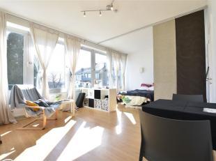 Arlon centre ville, lumineux studio idéalement à proximité de la gare et du centre ville situé composé comme suit: