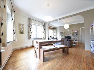 Bel appartement de 100 m² au centre ville composé comme suit: vaste séjour lumineux, cuisine équipée, 2 chambres, sal