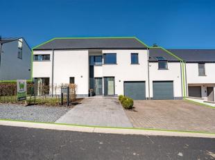 Double V Immobilière vous propose à Frassem une splendide maison moderne 3 façades avec double garage et jardin. Ce bien est comp