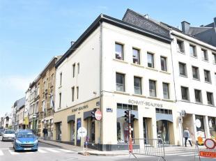 En plein centre ville, Double V Immobilière vous propose un agréable appartement duplex de 80 m² composé comme suit: Hall, s