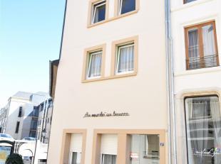 Double V Immobilière vous propose dans le centre ville, un agréable appartement de 72 m² composé comme suit: hall d'entr&eac