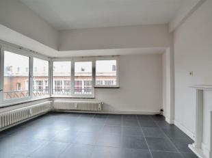 Appartement entièrement rénové dans un bel immeuble idéalement situé, à proximité de toutes commodit&