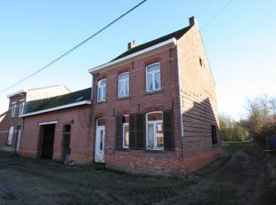 Ruime woning in ruwbouw op een groot perceel grond van ± 17a 90ca met een zuidelijke oriëntatie. De woning werd ontmanteld en kan vanuit r