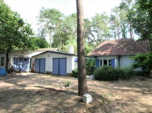 Ruime achterin gelegen villa met living (open haard), drie slaapkamers, bureel, veranda, garage en grote tuin (zuid gericht) op ruim 25 are in een res