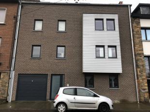 JAMBES, Dans un immeuble récent: 1 étage; app, séj, cuis sup équip, 1ch, 1SDB, balcon, 2 emplacements de parking. Comp ind