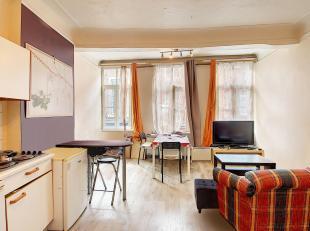 Piétonnier de Namur, dans un petit immeuble de caractère sans ascenseur, sympathique appartement au 1er étage composé de: