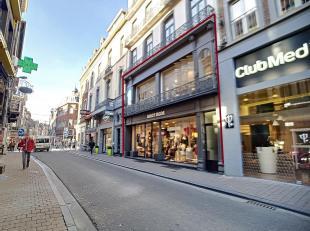 """Nam Property vous propose un bel emplacement commercial de 1er choix """"Namur 4 coins"""". Sur deux niveaux, 80 m² au rez-de-chaussée, 60 m&sup"""