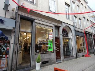 Dans le piétonnier de Namur, une sympathique rue à 2 pas de la rue de l'Ange et de la rue de Fer, très beau rez commercial en exc