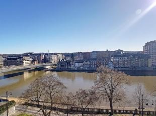 Nam Property vous propose un appartement 2 chambres avec vue sur Meuse. Composition: hall, séjour, cuisine, salle de bains, wc sépar&eac