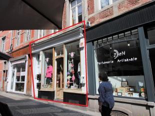 Dans le Piétonnier de Namur, très beau rez commercial avec belle vitrine ancienne. Showroom de +/- 36m² et une partie réserv