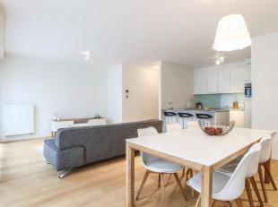 Dit ruime appartement met twee slaapkamers werd in 2014 opgeleverd door bouwpromotor Alta Build en werd sindsdien door hen gebruikt als kijk-apparteme