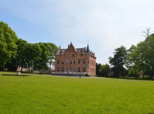 De statische toegangspoort en lange opritlaan leiden naar het neogotisch kasteel van Kersbeek, gebouwd eind 1800 en grondig gerenoveerd in de jaren 80