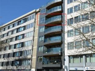 Dit kwalitatief 3-slaapkamer appartement ligt op de vijfde verdieping en biedt een ruim zicht over Hasselt. De inkomhal met ingebouwde vestiaire en to