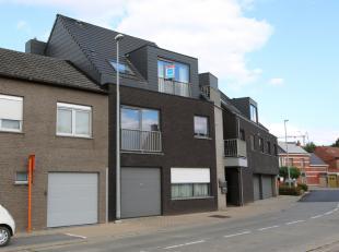 Dit modern appartement is gelegen op de tweede verdieping. U beschikt over een knus terras met uitzicht op groene velden, een garage en aparte berging