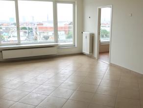 Op de hoogste verdieping van dit goed onderhouden gebouw kan u een ruim en licht appartement met 1 slaapkamer vinden. Het appartement is helemaal in o