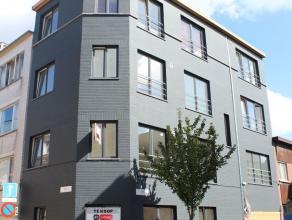 De grote troeven van dit appartement - buiten de uitmuntende ligging - zijn alle grote ramen en de goede oriëntatie. Je krijgt enorm veel licht b