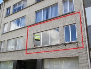 Appartement in centrum Beveren Indeling: Inkomhal met ingebouwde kasten. Berging. Woonkamer. Ingerichte keuken met kookvuur, combiovern en dampkap. Tw