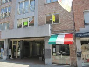 Appartement in de winkelstraat van Beveren! Bereikbaar met de wagen (autostaanplaats achteraan het gebouw) Indeling: Ruime inkomhal. Woonkamer. Grote