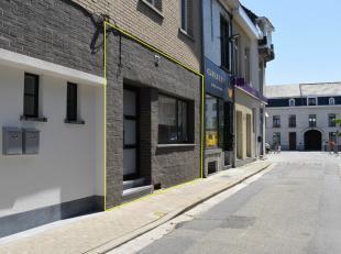 In het centrum van Ninove, grenzend aan de Graanmarkt, bieden wij een gelijkvloers appartement met 2 slaapkamers aan. Het appartement beschikt over ee