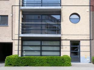 In het centrum van Ninove kan u dit modern en ruim appartement (+/-100m²) vinden met 2 slaapkamers, een zuidgericht terras en ruime garage.Het ap