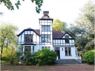Zeer ruim landhuis (ca. 460 m² bewoonbare opp.) gelegen op de grens met Mariakerke, in een groen exclusief woonpark dat wordt ontwikkeld door Dur