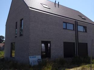 Lot 16 is een halfopen bebouwing in moderne stijl op een grondopp. van 463 m² en met een totale bewoonbare oppervlakte van 212 m².<br /> <br