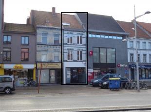 Dit ENERGIEZUINIG (EPC 111) woonhuis met (verhuurbare) handelsruimte/praktijkruimte is gelegen in centrum Eeklo. Woning bestaande uit: Gelijkvloers: H